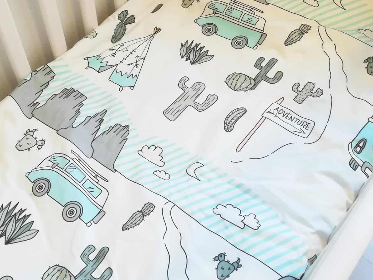Vauvan kuvioitu pussilakanasetti, jossa tiipii, kaktuksia ja minibussi