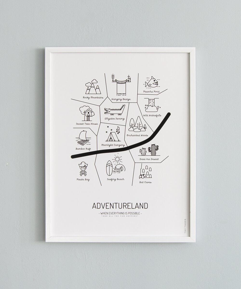 Mustavalkoinen lastenhuoneen karttajuliste, jonka paikat ovat täynnä mielikuvituksellisia seikkailuja.