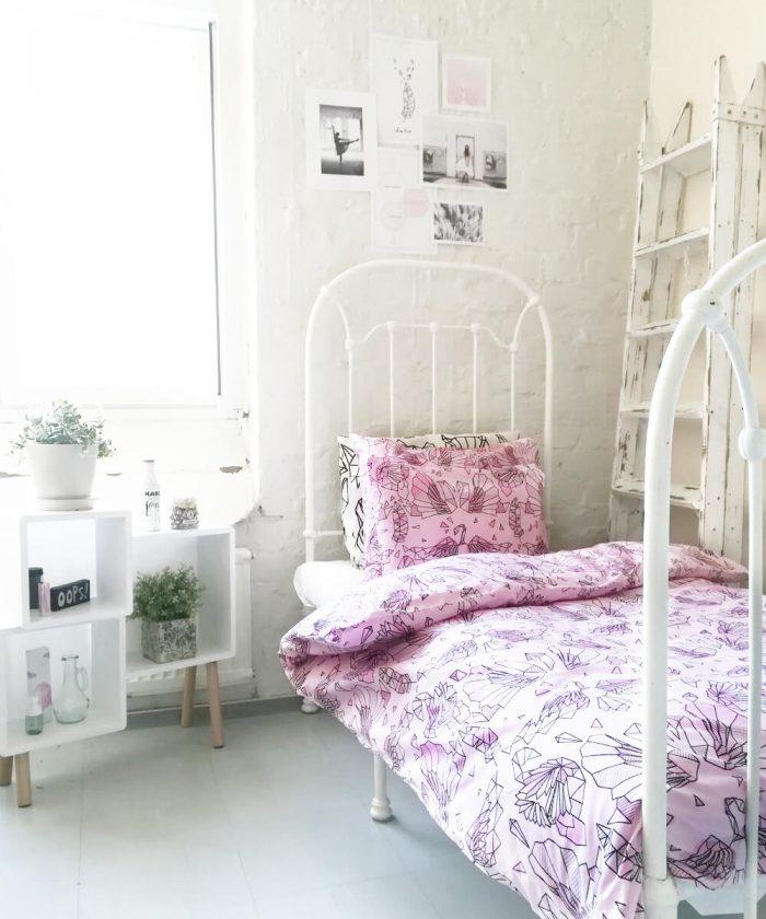 Herkkä vaaleanpunainen pussilakanasetti tytönhuoneeseen.
