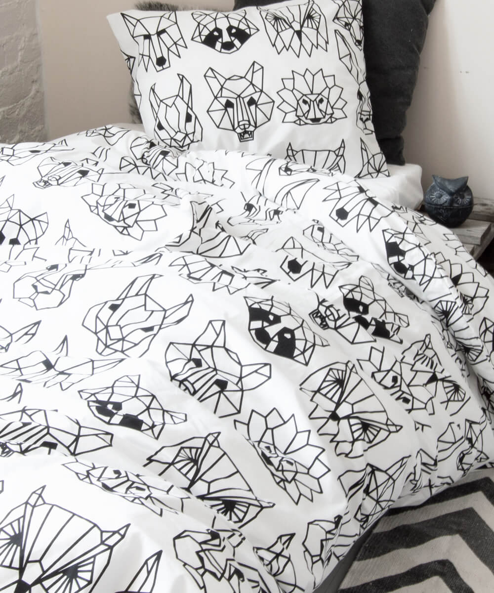 Graafinen eläinkuvio pussilakanassa, jossa pesukarhu, susi, siili, kettu, orava, pöllö, jänis ja karhu.