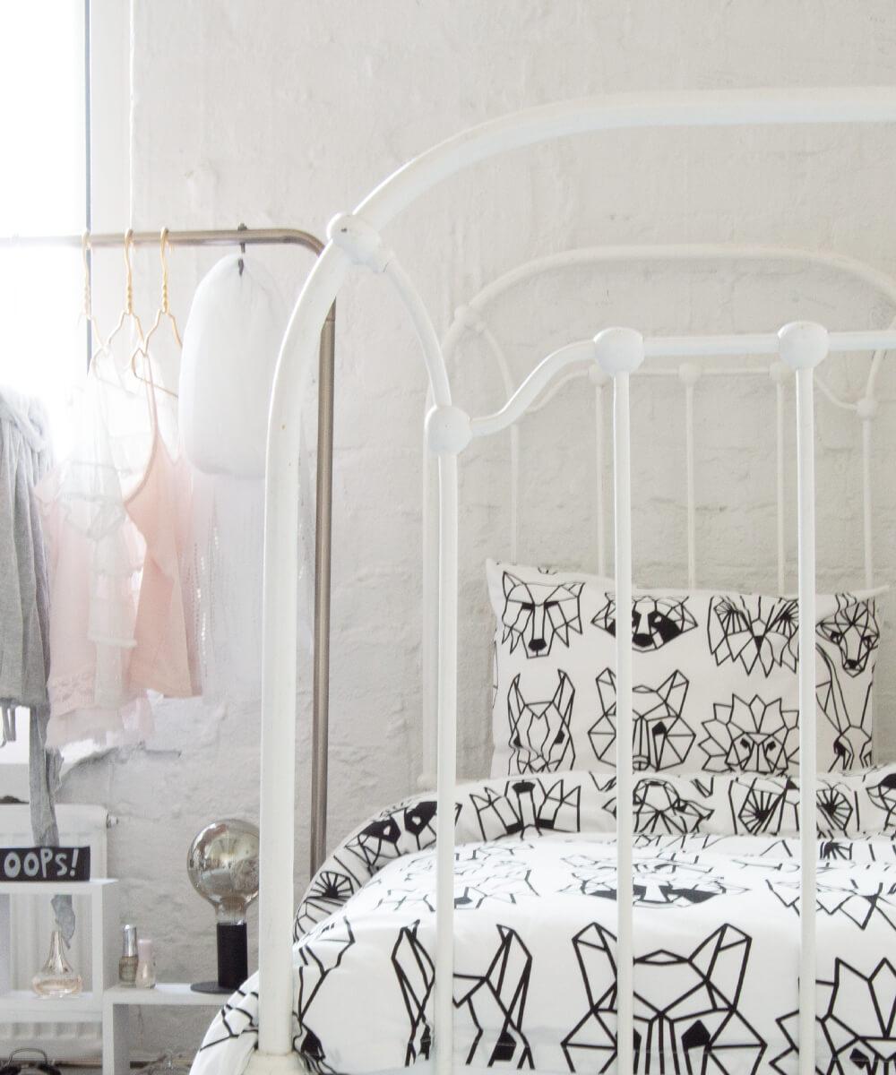 Tyylikäs mustavalkoinen pussilakanasetti, jossa on graafinen eläinkuvio.