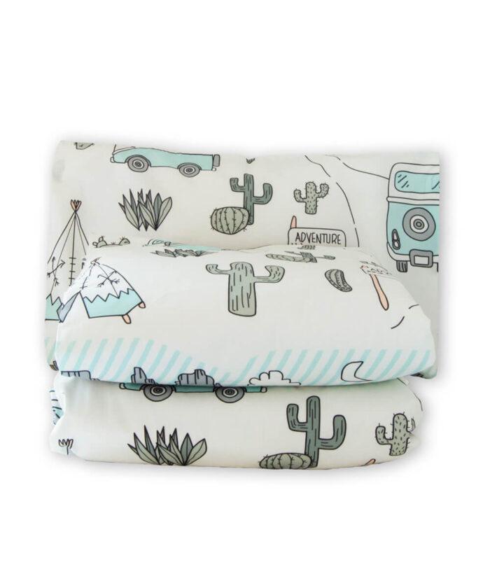 Lasten pussilakanasetti, kuvioina tiipiitä, minibussi, kaktuksia.