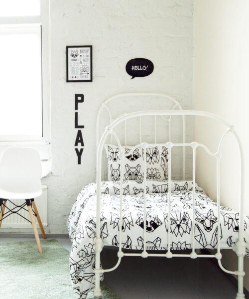 Eläinkuvioinen, mustavalkoinen pussilakanasetti lastenhuoneeseen.
