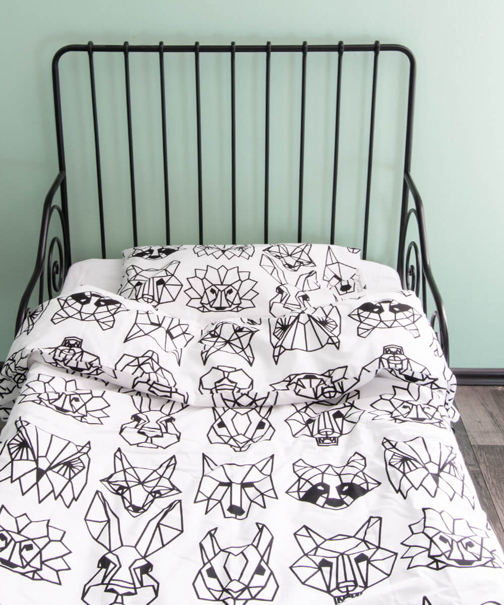 Mustavalkoinen pussilakanasetti lastenhuoneeseen, eläinkuvio.