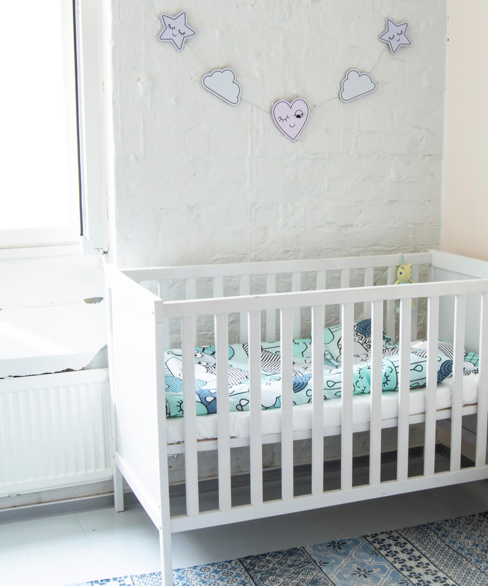 Hempeä pastellisävyinen pussilakanasetti vauvalle, jossa pilvikuvio.