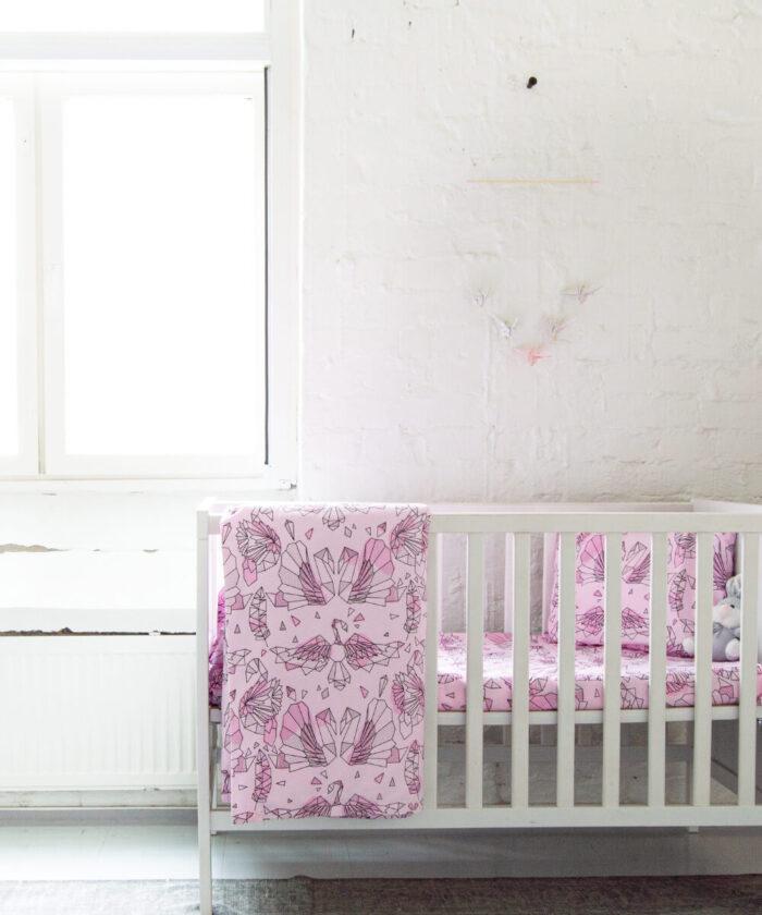 Hurmaava vaaleanpunainen pussilakanasetti vauvalle, jossa joutsenkuvio.
