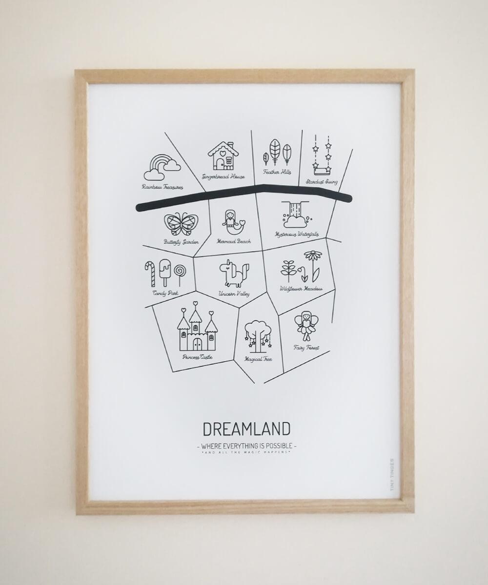 Mustavalkoinen DREAMLAND -lastenhuoneen juliste kehystettynä.
