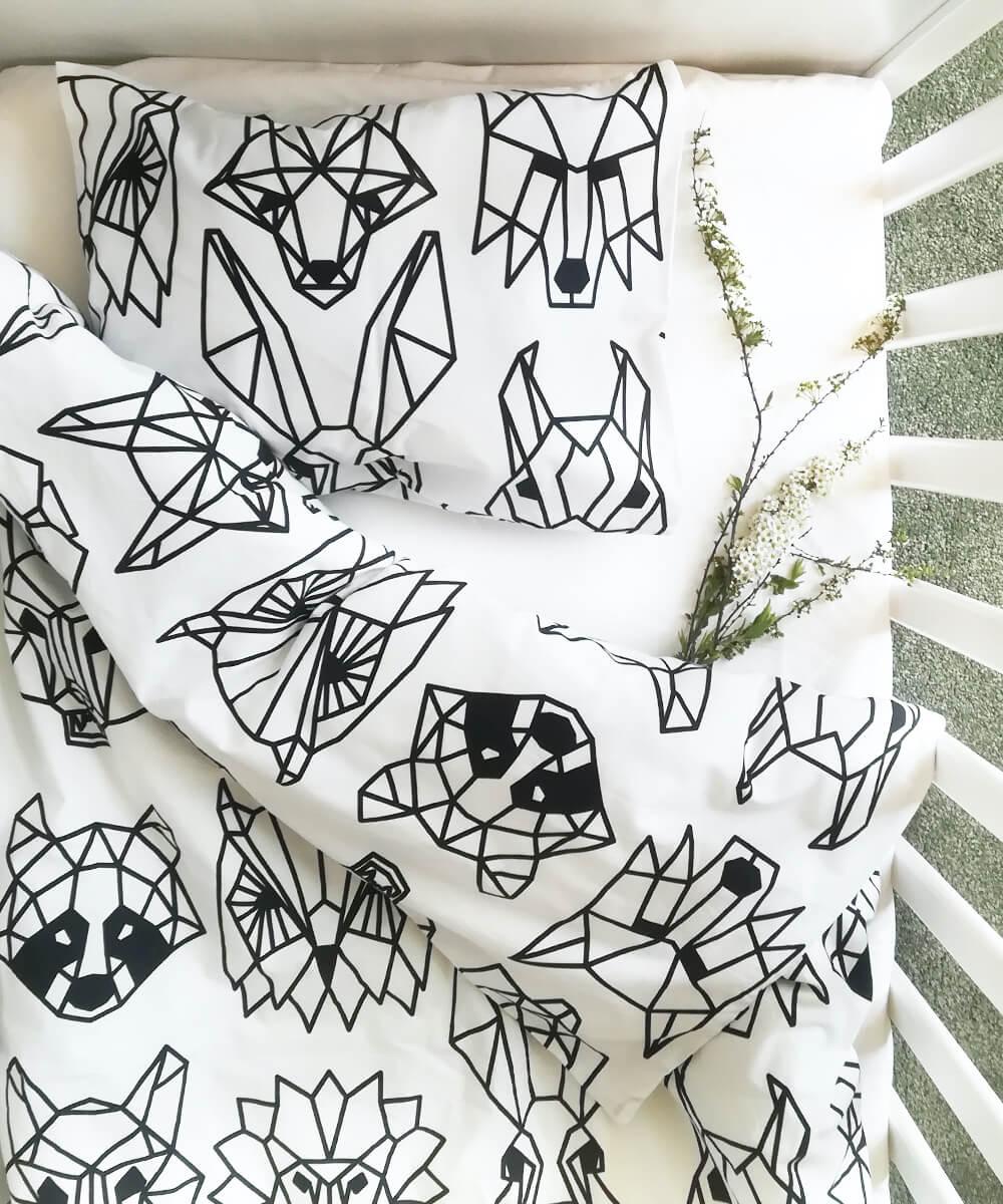 Luomupuuvillainen vauvan pussilakanasetti, jossa metsän eläimiä origamikuviona.