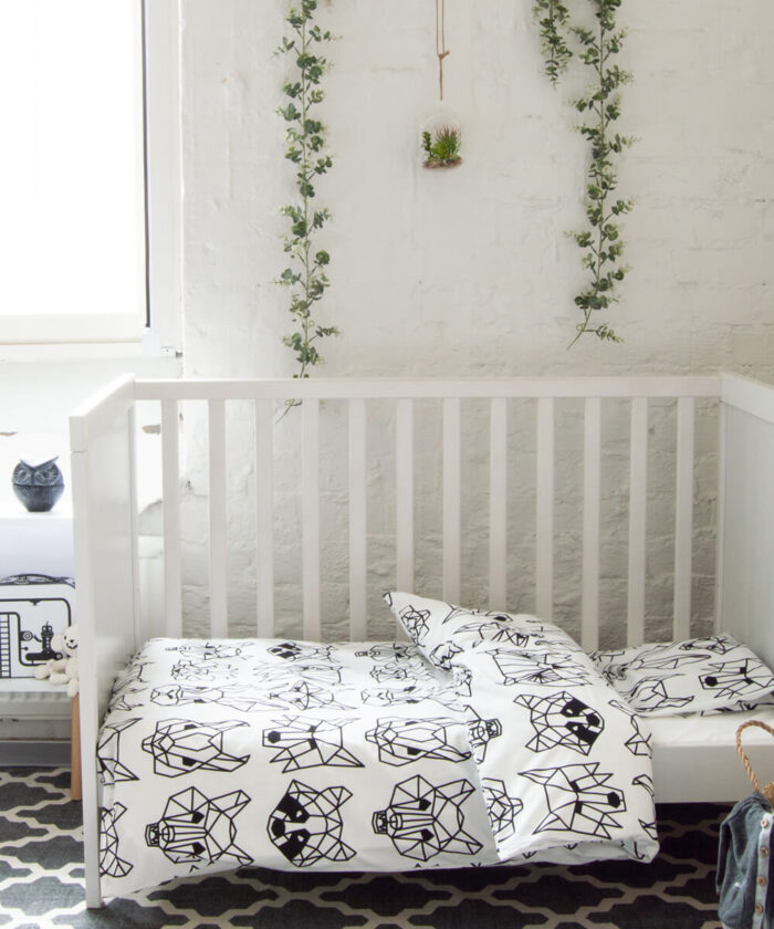 Modernin tyylikäs pussilakanasetti vauvalle, jossa mustavalkoinen eläinkuvio.