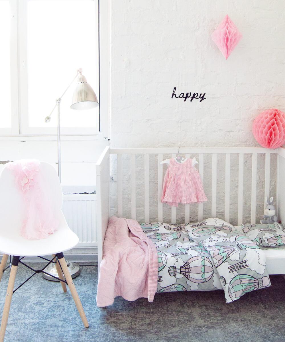 Hempeä pastellisävyinen pussilakanasetti vauvalle, jossa kuumailmapallokuvio.