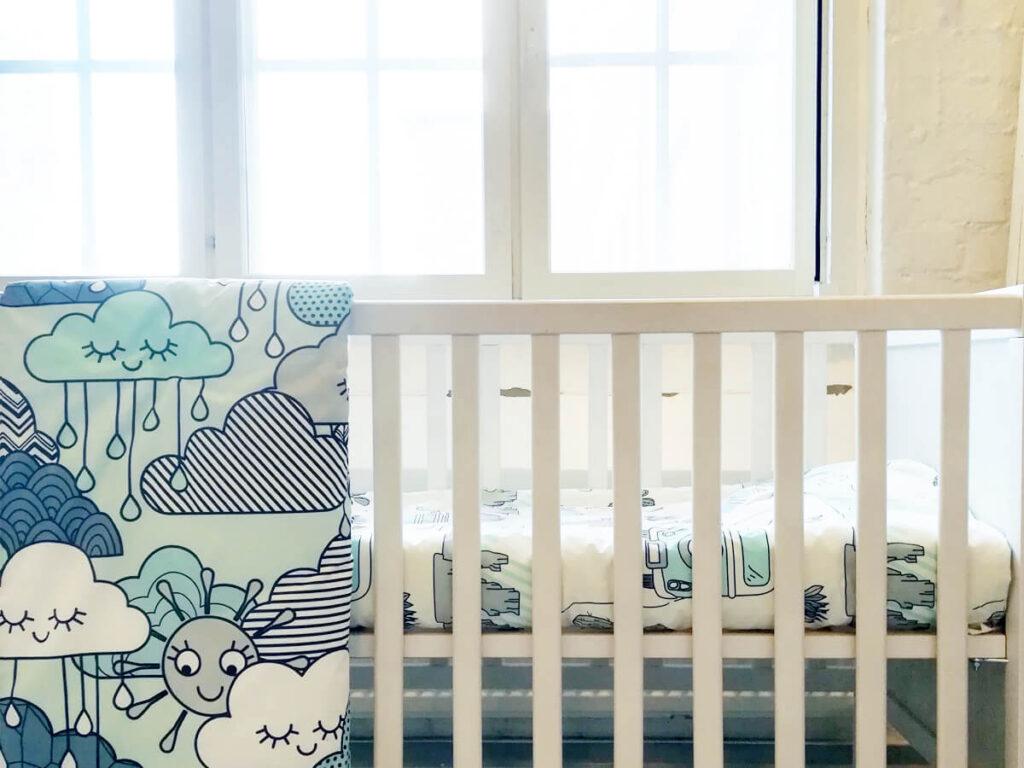 vauvan kuviolliset luomupuuvillalakanat pinnasängyssä