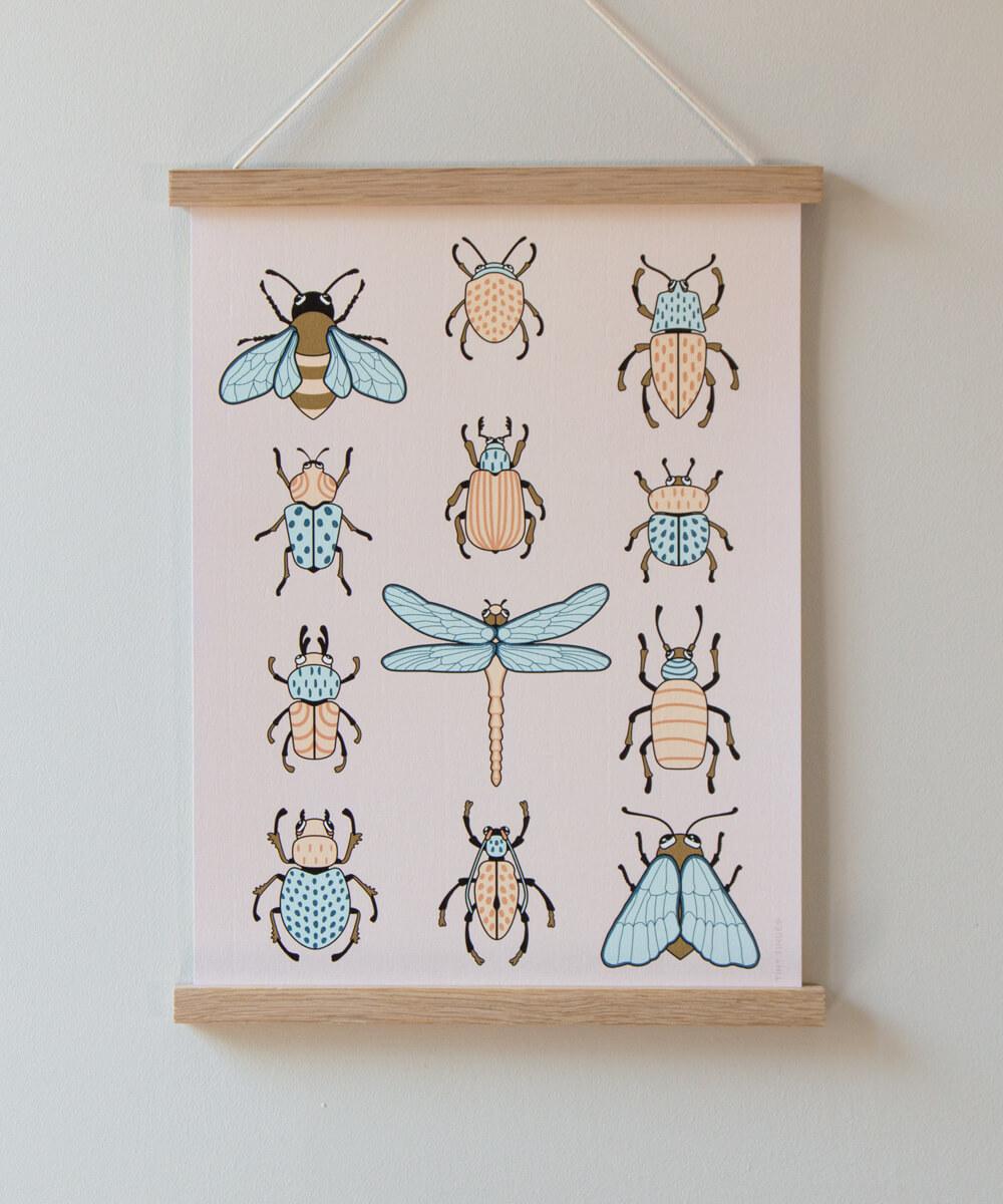 Pastellisävyinen ötökkäjuliste, jossa piirrettynä 12 erilaista hyönteistä.