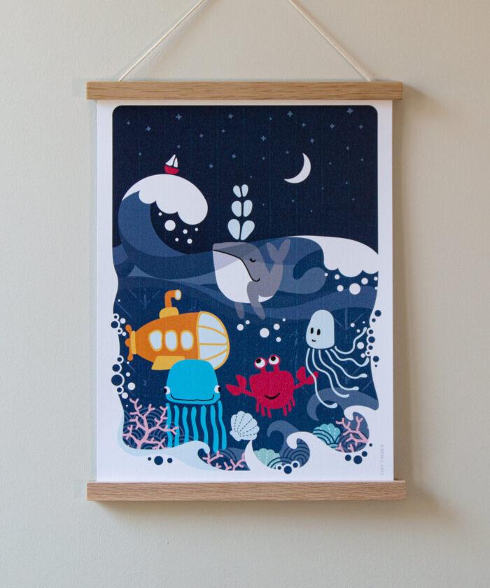 Lastenhuoneen juliste, jossa purjevene, aaltoja, sukellusvene, valas ja muita mereneläimiä.