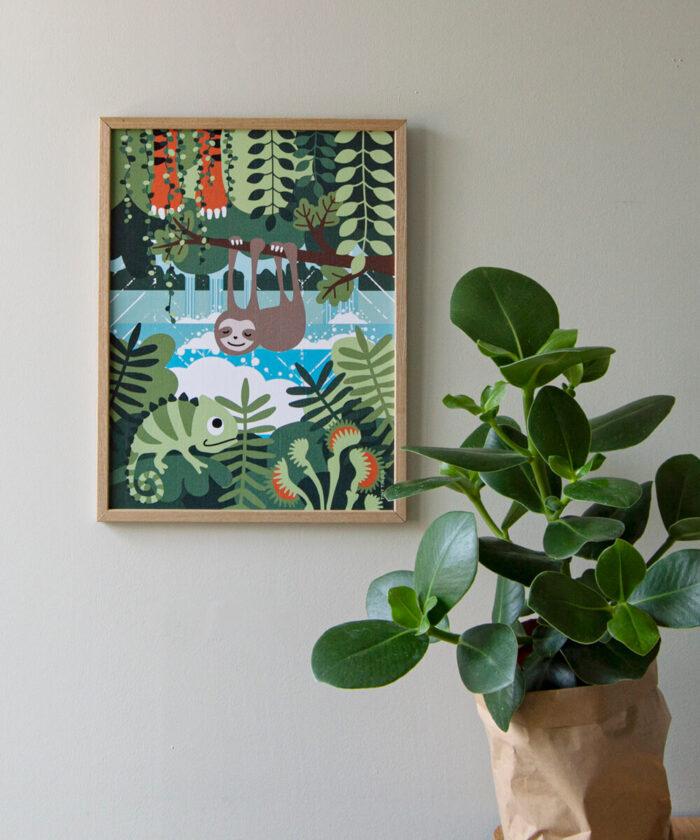 Vihreä sademetsäaiheinen, kuvitettu lastenhuoneenjuliste ja huonekasvi.