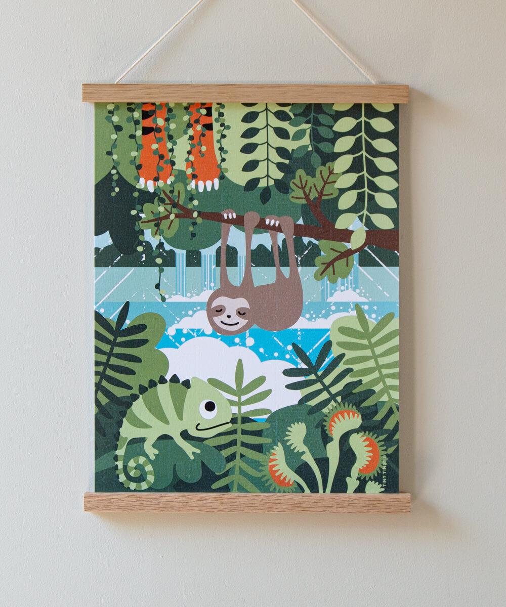 Suloinen laiskiainen roikkuu sademetsässä tässä kuvitetussa lasten julisteessa.