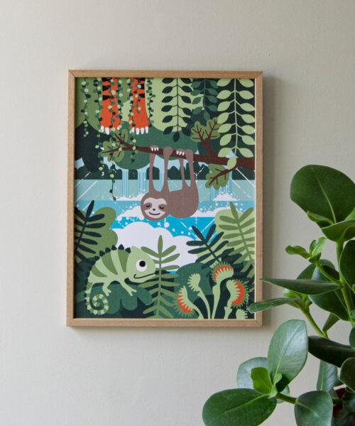 Lasten sademetsäjuliste, jossa vihreitä kasveja, kameleontti, tiikeri, laiskiainen ja lihansyöjäkasveja. Taustalla vesiputoukset.