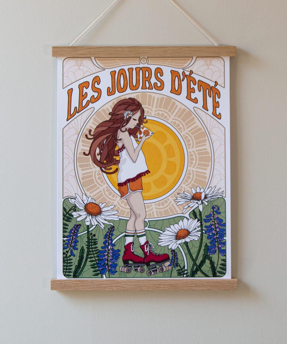 Kesäinen juliste, jossa kolmiopillimehu, kiharahiuksinen tyttö, aurinko, luonnonkukkia ja rullaluistimet.